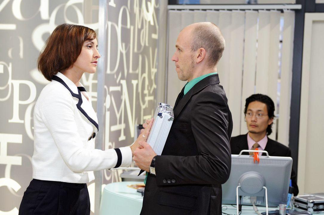 Gerrit (Lars Löllmann, r.) muss erkennen, dass Vanessa  (Maike von Bremen, l.) sich nicht bestechen lässt. - Bildquelle: Sat.1