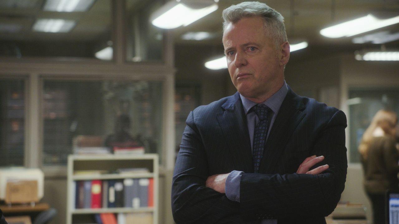Gregson (Aidan Quinn) ist sich bewusst, dass Holmes und Watson bedacht vorgehen müssen, als sie auf die Spur einer gefährlichen Gang kommen ... - Bildquelle: 2017 CBS Broadcasting, Inc. All Rights Reserved.