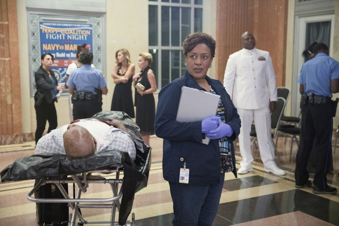 Obwohl für Gerichtsmedizinerin Wade (CCH Pounder) Leichen zum Arbeitsalltag gehören, lässt der ein oder andere Mordfall auch sie nicht kalt ... - Bildquelle: 2017 CBS Broadcasting, Inc. All Rights Reserved