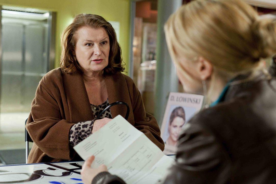 Ulla Bode (Traute Hoess, l.) hat ein Problem und sucht deshalb Hilfe bei Danni (Annette Frier, r.). Doch wird sie ihr weiterhelfen können? - Bildquelle: Frank Dicks SAT.1