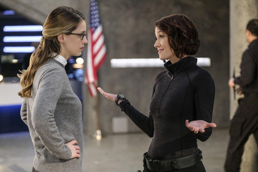 Versucht ihre kleine Schwester Kara (Melissa Benoist, l.) vor einer Dummheit zu bewahren: Alex (Chyler Leigh, r.). Doch Kara hat ihren ganz eigenen... - Bildquelle: 2016 Warner Brothers