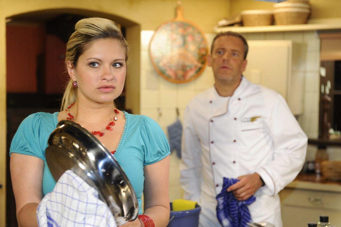 Mia (Josephine Schmidt, l.) scheitert bei dem Versuch, die Wahrheit von Erna über Jojos Prozess zu erfahren. Als Lily daraufhin Rachegedanken gegen... - Bildquelle: SAT.1