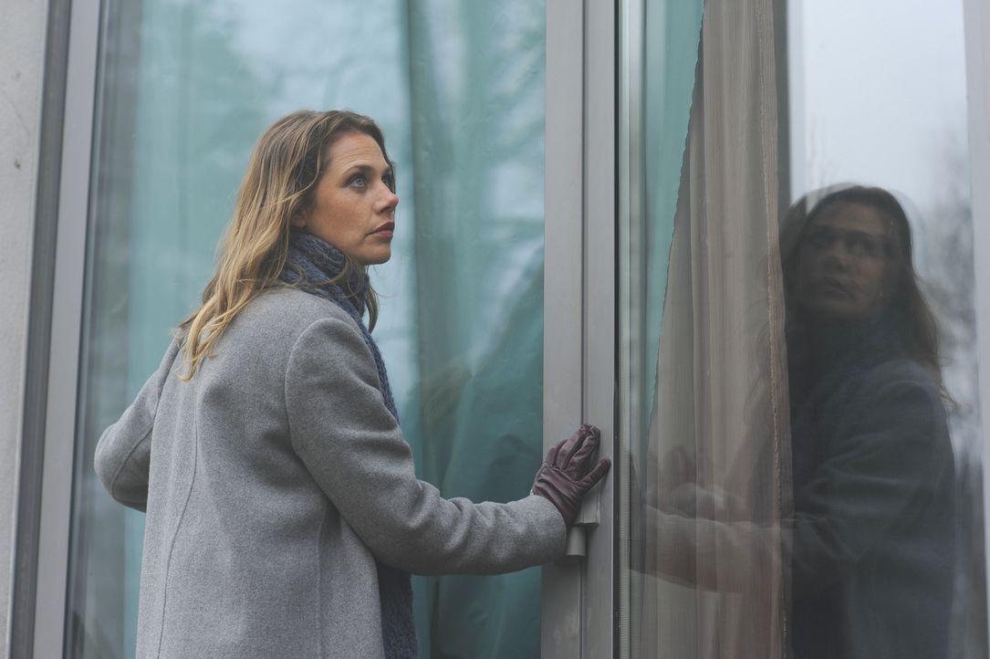 Obwohl sie von mehreren Seiten gewarnt wurde, verschafft sich Doro (Felicitas Woll) Zutritt zum Nebelhaus. Ein riskantes Vorhaben, denn im Inneren e... - Bildquelle: Stephanie Kulbach SAT.1