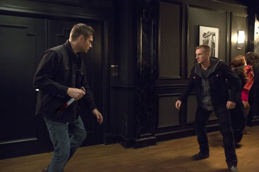 Nicht nur Sam und Dean (Jensen Ackles, l.), sondern auch Crowley, ist nicht begeistert von den Machenschaften der dunklen Hexe Rowena. Aber können s... - Bildquelle: 2016 Warner Brothers