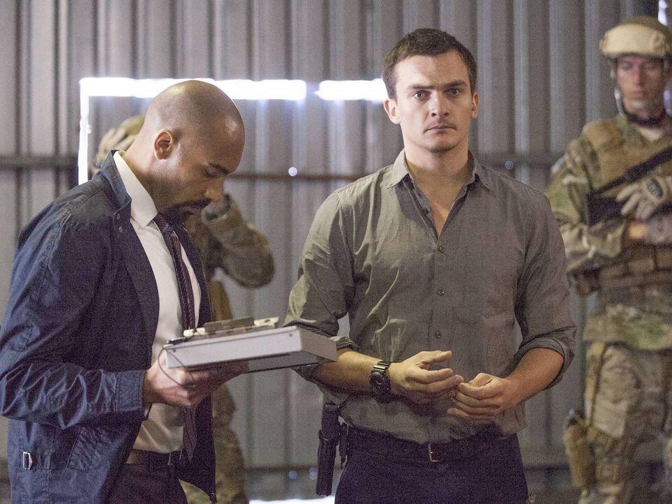 Bereiten den Austausch der fünf Top-Taliban-Terroristen gegen Saul vor: Hank Wonham (Alex Lanipekun, l.) und Peter Quinn (Rupert Friend, 2.v.r.) ... - Bildquelle: 2014 Twentieth Century Fox Film Corporation