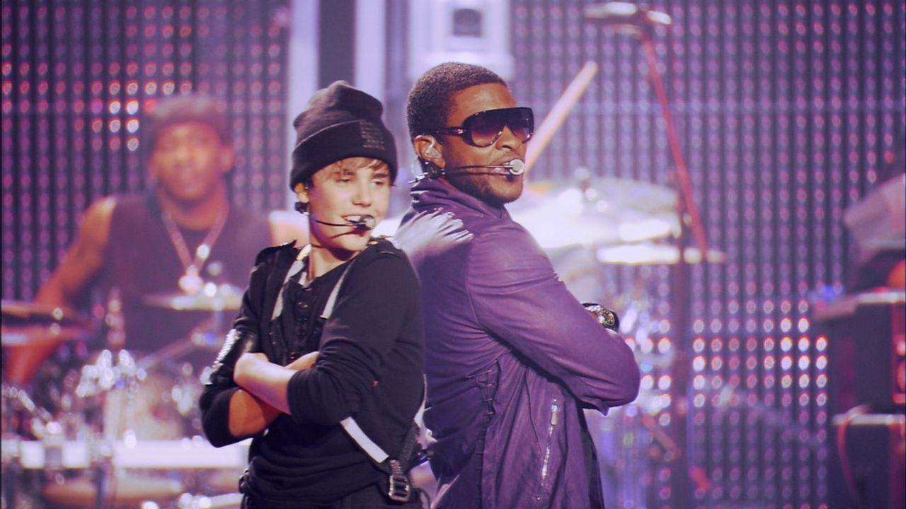 Selbst Star wie Usher (r.) lassen es sich nicht nehmen mit dem Mädchenschwarm Justin Bieber (l.) auf der Bühne zu stehen ... - Bildquelle: 2014 PARAMOUNT PICTURES. ALL RIGHTS RESERVED.