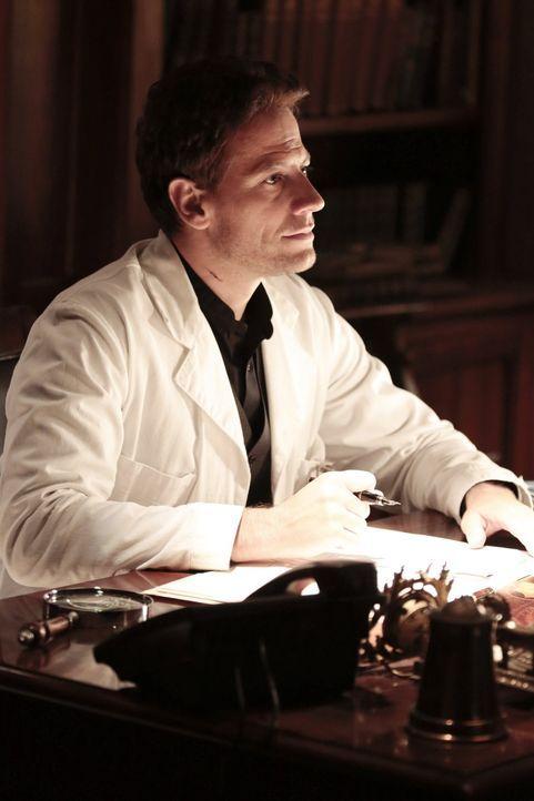 Nimmt die Ermittlungen auf, als ein Mord als Selbstmord deklariert wird: Dr. Henry Morgan (Ioan Gruffudd) .. - Bildquelle: Warner Brothers
