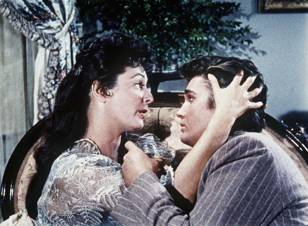 Little Joe (Michael Landon, r.) ist von der göttlichen Adah (Ruth Roman, l.) beeindruckt. - Bildquelle: Paramount Pictures