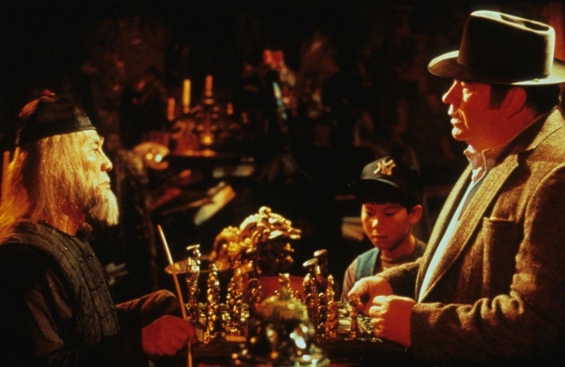 Weihnachten steht vor der Tür und der kauzige Erfinder Rand (Hoyt Axton, r.) braucht noch dringend ein Geschenk für seinen Sohn Billy. Bei einem chi... - Bildquelle: Warner Bros.
