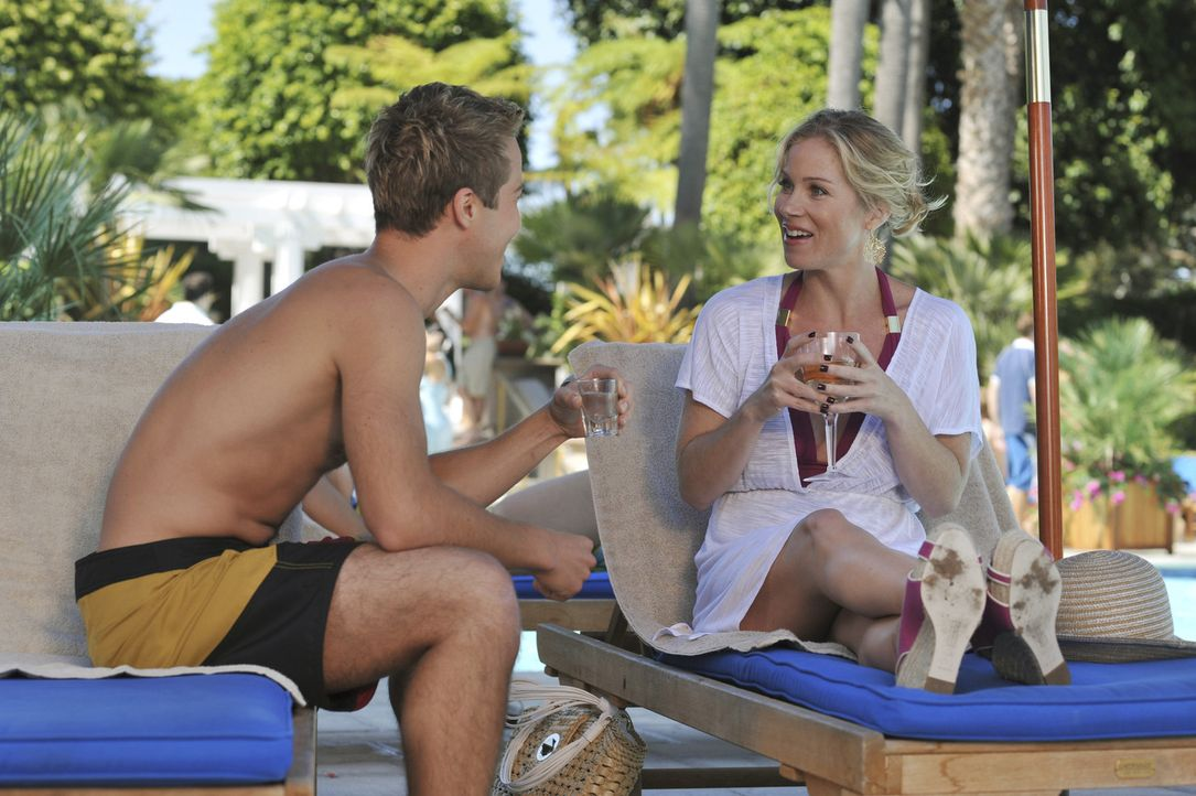 Spätestens als Samantha (Christina Applegate, r.) Brent (Ryan Carnes, l.) kennen lernt, weiß sie, dass es die richtige Entscheidung war, nach Miam... - Bildquelle: American Broadcasting Companies, Inc. All rights reserved.