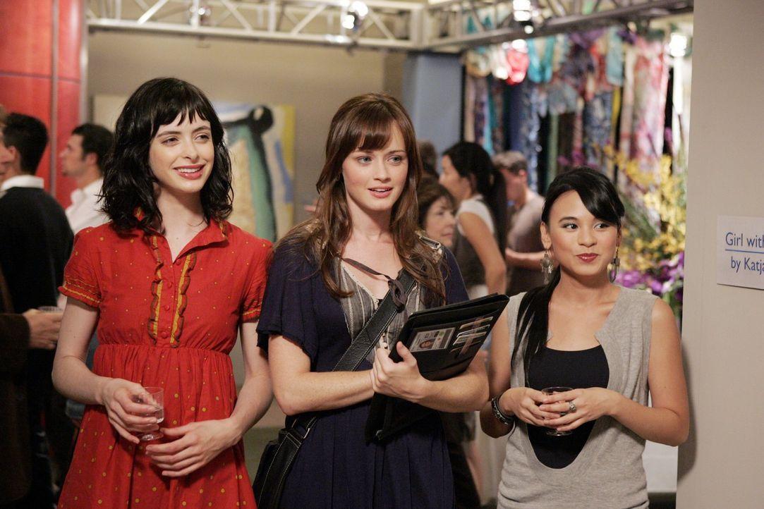 Rory (Alexis Bledel, M.) lernt bei einer Kunstausstellung Lucy (Krysten Ritter, l.) und Olivia (Michelle Ongkingco, r.) kennen und freundet sich sch... - Bildquelle: Warner Brothers