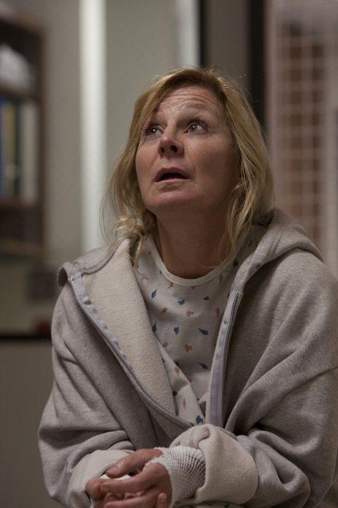 Nach ihrem Selbstmordversuch findet sich Monica (Chloe Webb) in einer psychatarischen Klinik wieder. Natürlich will Alkoholiker Frank sie dort herau... - Bildquelle: 2010 Warner Brothers