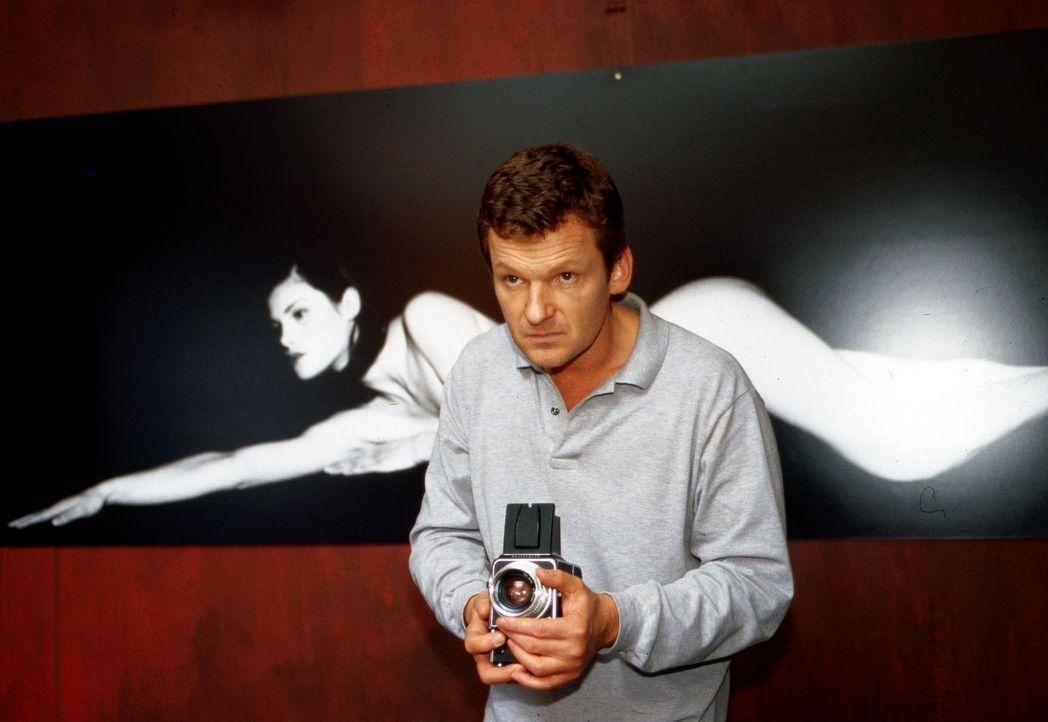 Einst ein erfolgreicher Fotograf, jetzt nur noch Handlanger von Mädchenhändler Weymann: John Steinmetz (Gabriel Barylli) ... - Bildquelle: Christian A. Rieger Sat.1