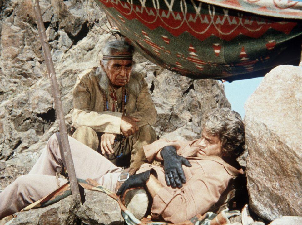 Little Joe Cartwright (Michael Landon, r.) hat in der Wüste sein Pferd verloren und ist von dem Indianerhäuptling Red Cloud (Chief Dan George, l.) v... - Bildquelle: Paramount Pictures