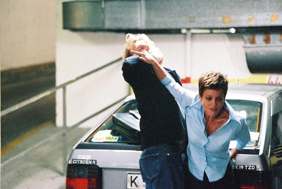 Bea (Muriel Baumeister, r.) versucht, von Jürgen (Pierre Besson, l.) wegzukommen. - Bildquelle: Baus Sat.1