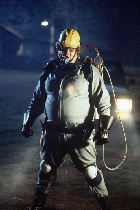 Versucht das Nest der gefährlichen Killer-Spinnenbrut zu finden: Kammerjäger Delbert McClintock (John Goodman) ... - Bildquelle: Hollywood Picturest