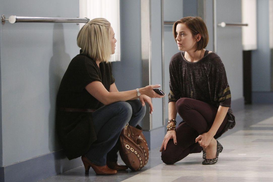 Endlich hat Kelly (Jennie Garth, l.), wie zuvor auch schon Silver (Jessica Stroup, r.) beschlossen, ihrer Mutter zu verzeihen... - Bildquelle: TM &   CBS Studios Inc. All Rights Reserved