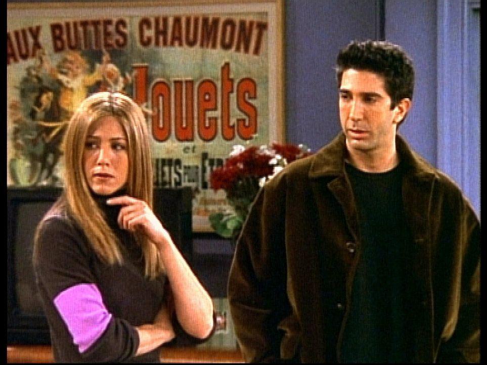 Rachel (Jennifer Aniston, l.) ist sauer, weil Ross (David Schwimmer, r.) sich mit ihrer Schwester verabredet hat ... - Bildquelle: TM+  2000 WARNER BROS.