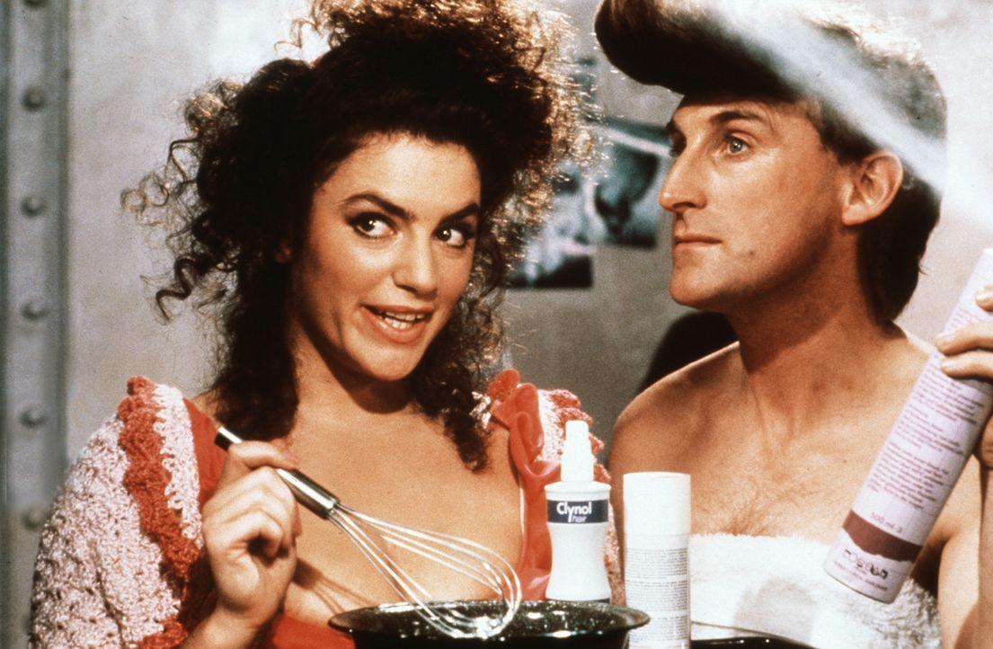 Von Frieda (Christine Neubauer, l.) erfährt Otto (Otto Waalkes, r.) alles über den neuen Haarfestiger 'Betonal' ... - Bildquelle: Rialto Film