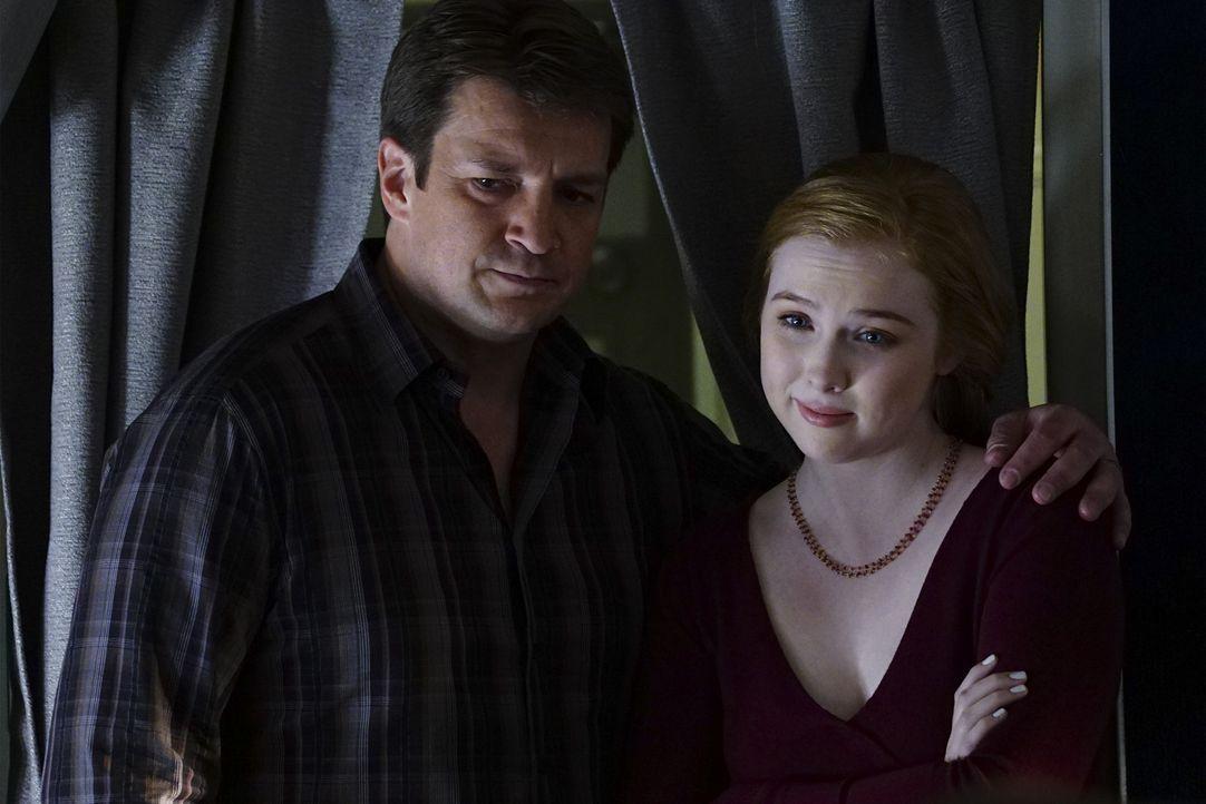 Dass ausgerechnet auf dem Flug seiner Tochter Alexis (Molly Quinn C., r.) ein Mord passiert, stößt Castle (Nathan Fillion, l.) sauer auf ... - Bildquelle: Richard Cartwright ABC Studios