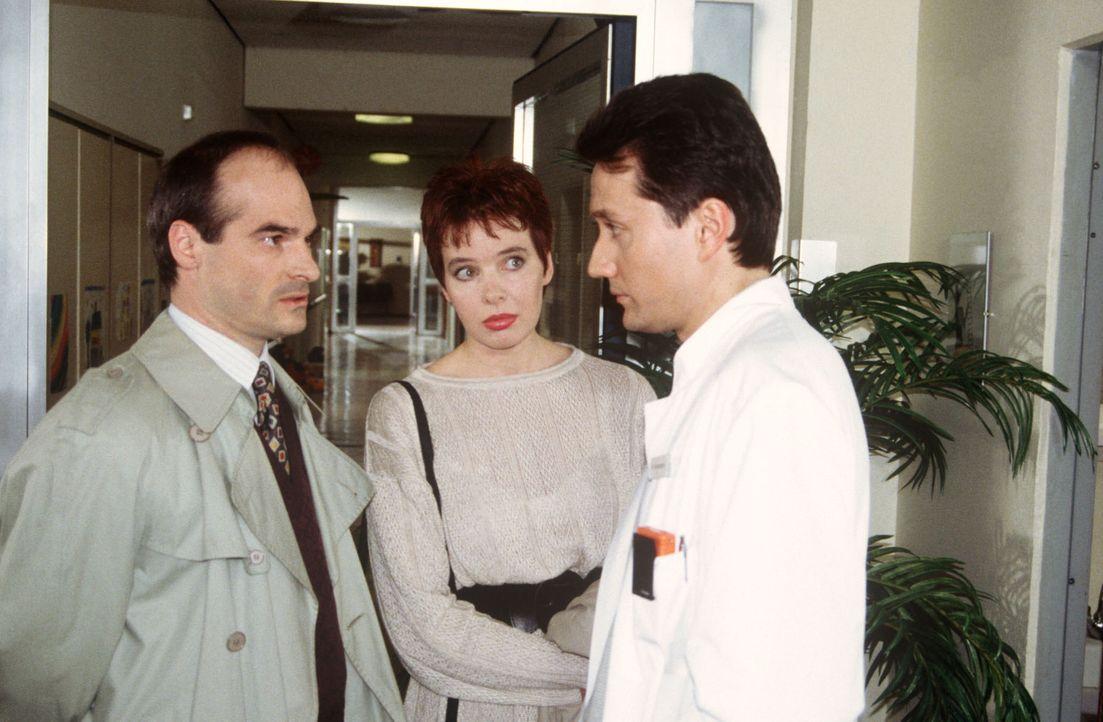 Markus Kampmann (Ulrich Reinthaller, r.) spricht mit Herrn Felder (Hans-Georg Panczak, l.) und dessen Frau (Gabi Fischer, M.) über ihren an Leukämie... - Bildquelle: Jatagandzidis Sat.1