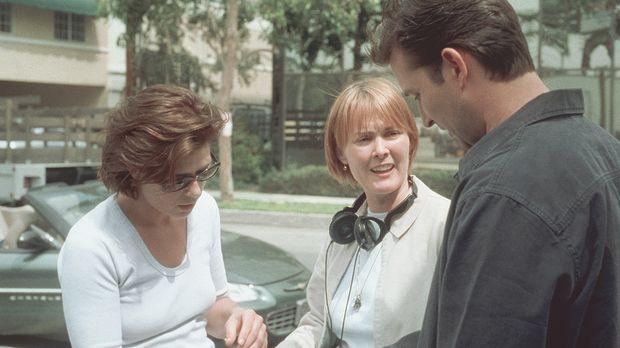 Dr. Weaver (Laura Innes, M.) bespricht mit Abby (Maura Tierney) und Carter (N...