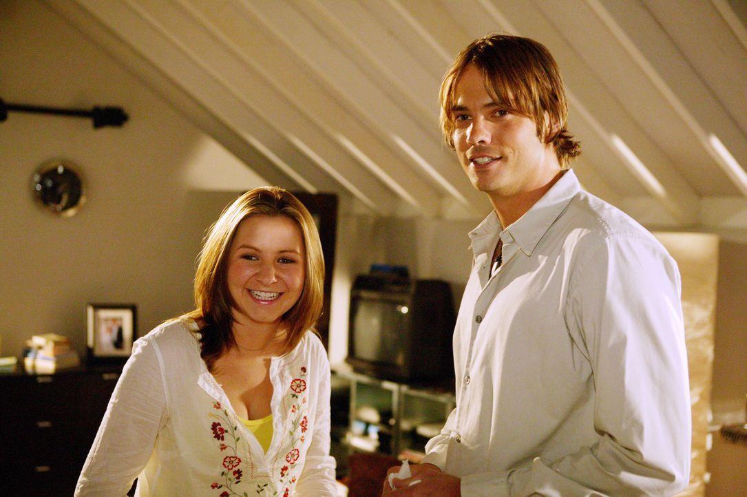 Lucie (Beverley Mitchell, l.) ist schwanger, weigert sich jedoch Umstandsmode zu kaufen. Währenddessen versucht Matt (Barry Watson, r.) seine Eltern... - Bildquelle: The WB Television Network