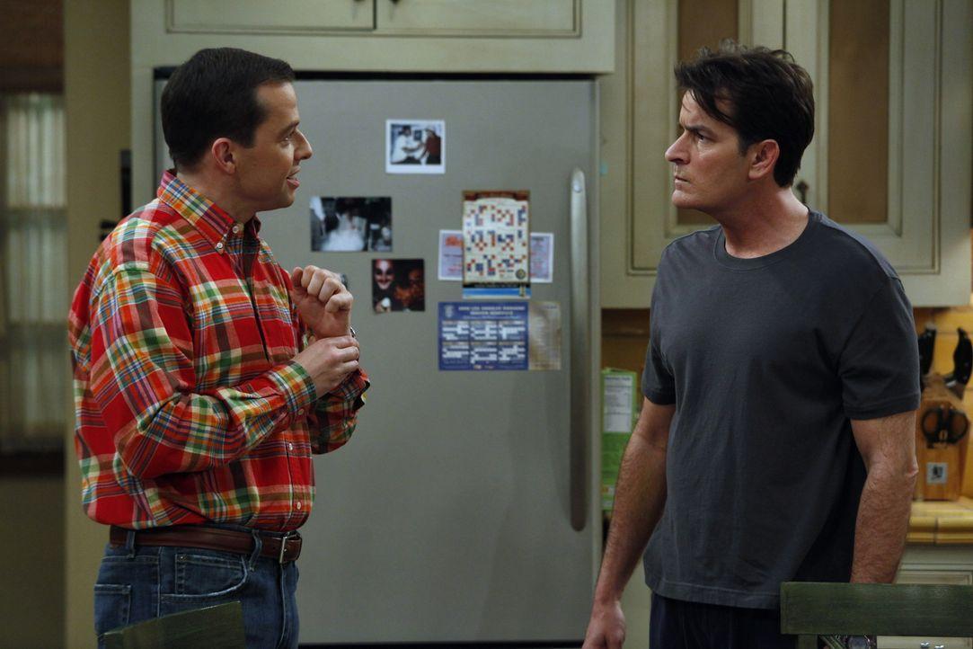 Weil Charlie (Charlie Sheen, r.) Chelsea nicht von der Herzlosigkeit seiner Mutter überzeugen kann, versucht er, Alan (Jon Cryer, l.) und Jake dafür... - Bildquelle: Warner Bros. Television