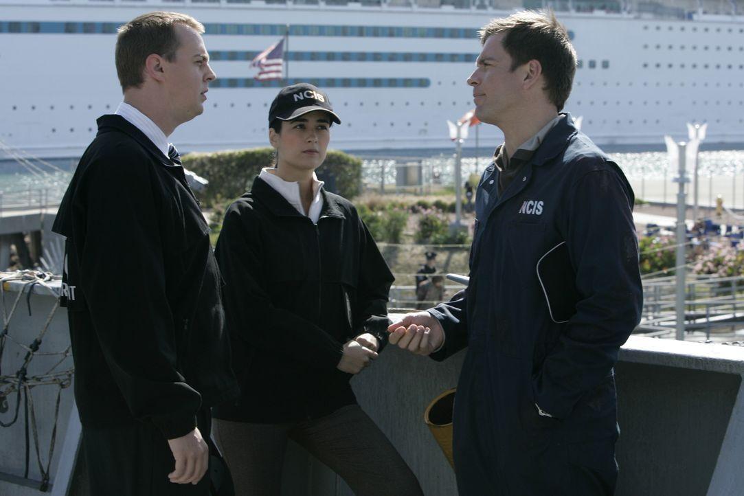 Machen sich große Sorgen um Gibbs: Tony (Michael Weatherly, r.),  Ziva (Cote de Pablo, M.) und McGee (Sean Murray, l.) ... - Bildquelle: CBS Television