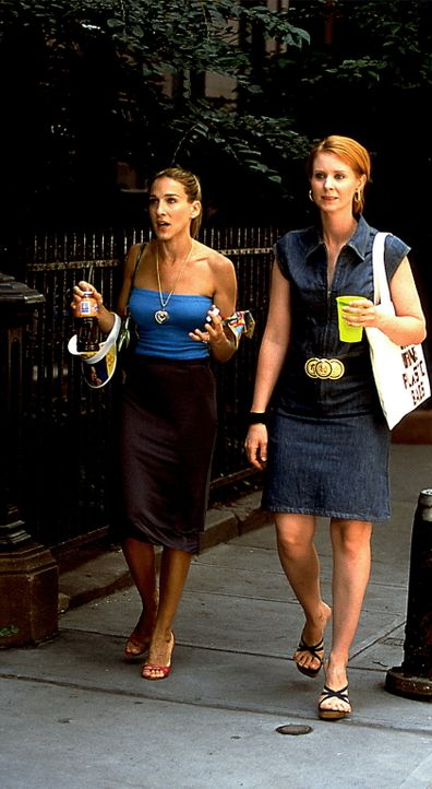 Als Aidan Carrie (Sarah Jessica Parker, l.) bittet, ihm einen Teil ihrer Kleiderkammer freizumachen, holt sie sich Rat bei Miranda (Cynthia Nixon, r... - Bildquelle: Paramount Pictures