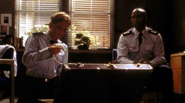 Francis (Christopher Masterson, l.) zeigt seinem Zimmergenossen Stanley (Kari...