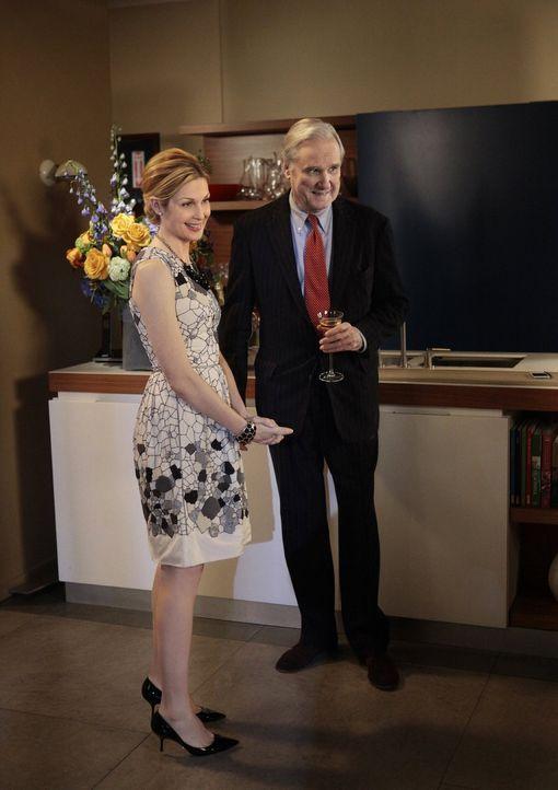 Nicht ganz uneigennützig hat Lily (Kelly Rutherford, l.) den Gesellschaftsreporter David Patrick Columbia (David Patrick Columbia, r.) zu einem Fami... - Bildquelle: Warner Bros. Television