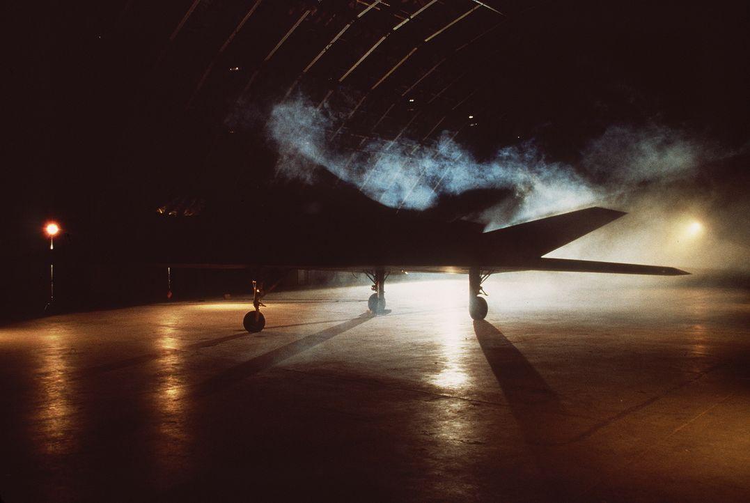 Eines Tages wird der hoch moderne Stealth-Bomber gestohlen, um der USA mit einem Nuklearschlag drohen zu können ... - Bildquelle: Artisan Entertainment