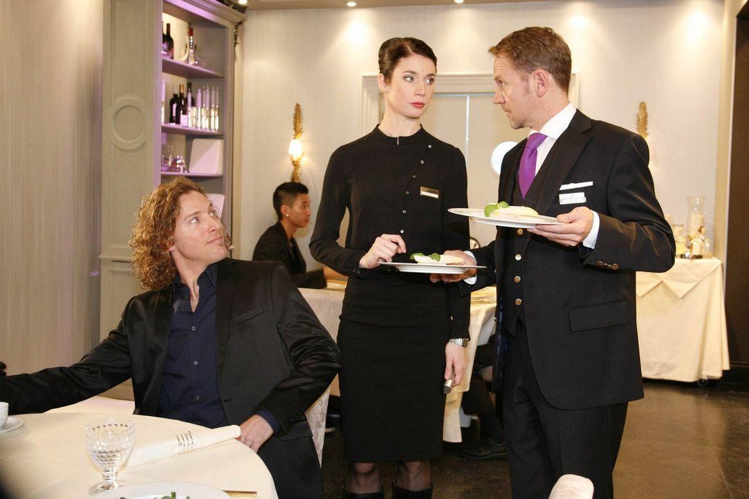 Gina (Elisabeth Sutterlüty, M.) lässt sich von Jeffrey (Clayton M. Nemrow, l.) anheuern, Amandas Diät zu überwachen. Carlo (Mathias Kahler-Polag... - Bildquelle: SAT.1