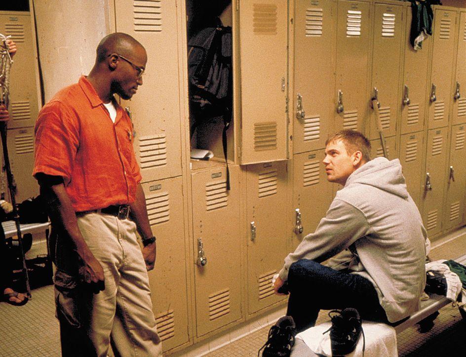 Schon bald stößt Sheriff Bonner (Taye Diggs, l.) bei seinen Ermittlungen auf Ungereimtheiten, die ihn erneut auf den Campus führen ... - Bildquelle: 2003 Sony Pictures Television International. All Rights Reserved.