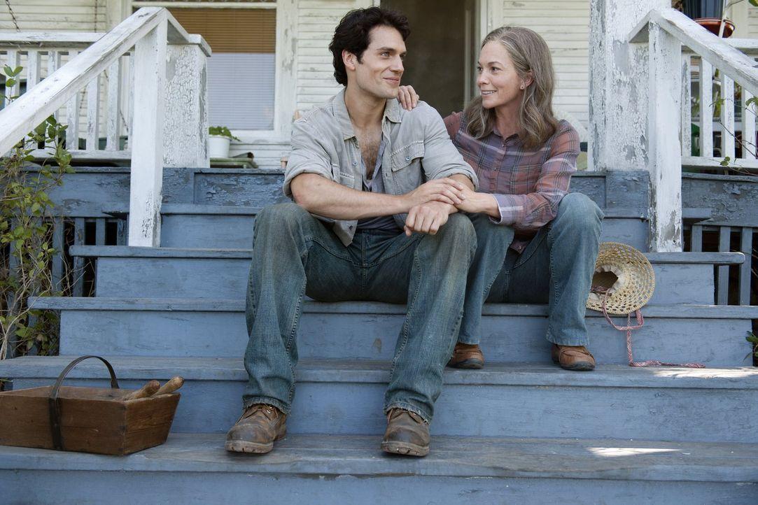 Für seine Adoptivmutter Martha Kent (Diane Lane, r.) würde Clark (Henry Cavill, l.) alles tun. Kann er sie und den Rest der Welt vor dem hinterhälti... - Bildquelle: 2013 Warner Brothers