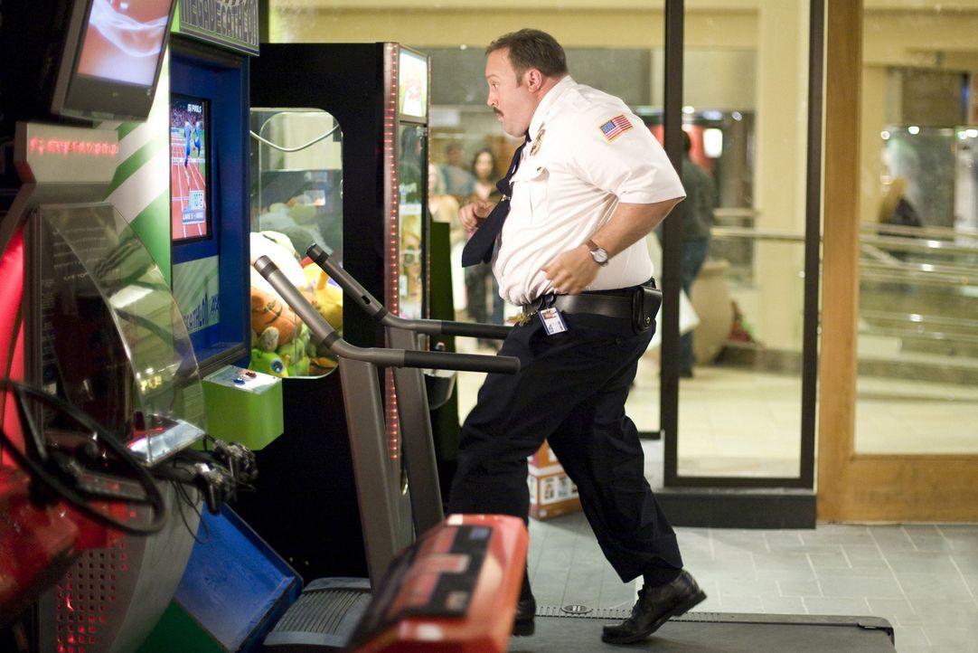 Liebt seinen Job im Kaufhaus: Paul Blart (Kevin James) ... - Bildquelle: 2009 Columbia Pictures Industries, Inc. and Beverly Blvd LLC. All Rights Reserved.