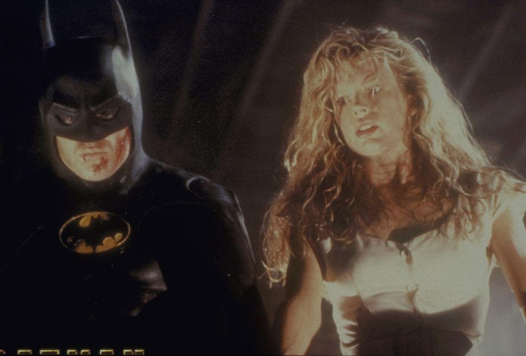 In letzter Sekunde gelingt es Batman (Michael Keaton, l.), die schöne Vicki Vale (Kim Basinger, r.) aus den Klauen seines Erzfeindes zu retten ... - Bildquelle: Warner Bros.