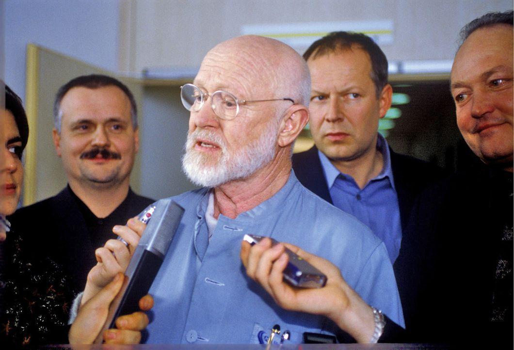 Professor Winkler (Ernst Jacobi, M.) ist eine Koryphäe auf dem Gebiet der Organzucht und stellt sich den Fragen der Presse. - Bildquelle: Thiel Sat.1