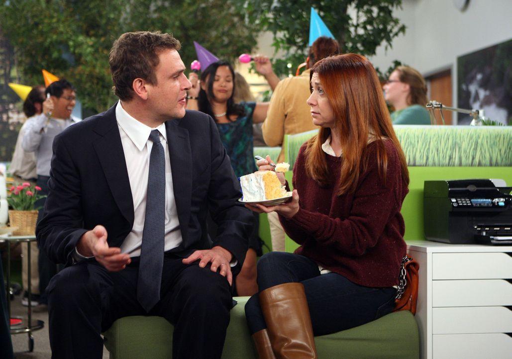 Als Lily (Alyson Hannigan, r.) erfährt, dass es bei Marshall (Jason Segel, l.) in der Firma Kuchen gibt - eilt sie sofort dorthin ... - Bildquelle: 20th Century Fox International Television