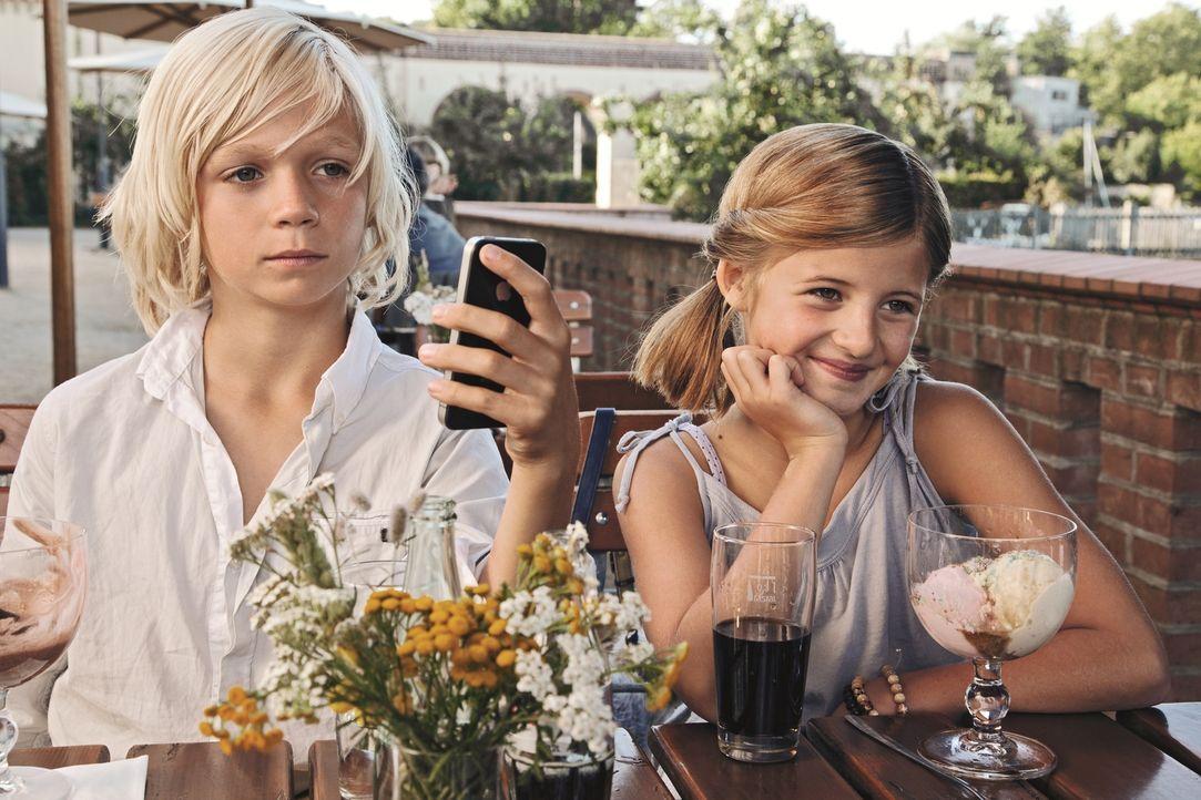 Endlich bekommt Magdalena (Emma Schweiger, r.) ein Date mit ihrem Schwarm Max (Nico Liersch, l.), der von ihren beiden Vätern auf Herz und Niere get... - Bildquelle: 2013   Warner Bros.