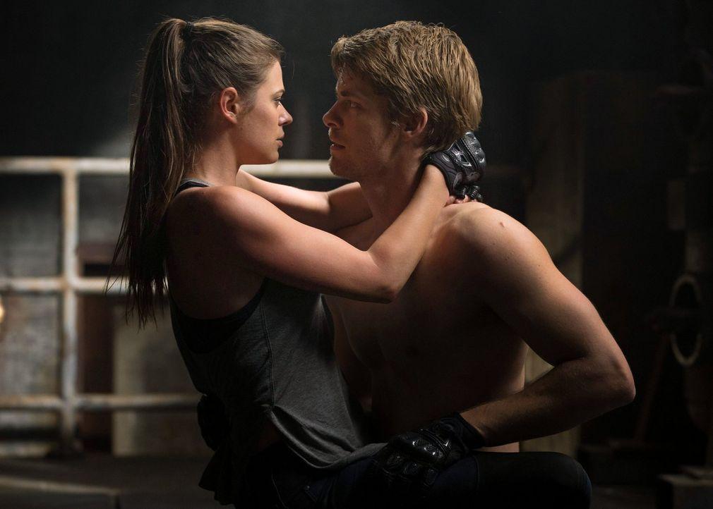 Caras (Peyton List, l.) Fürsorge für Stephen gefällt John (Luke Mitchell, r.) ganz und gar nicht ... - Bildquelle: Warner Bros. Entertainment, Inc