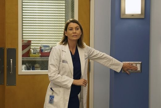 Grey's Anatomy - Kämpft um das Leben ihrer Patientin: Meredith (Ellen Pompeo)...