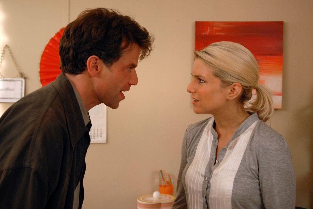 Markus (Johannes Brandrup, l.) hat das Spiel von Claudia durchschaut und glaubt nun, dass die Gefühle von Franziska (Jeanette Biedermann, r.) zu ihm... - Bildquelle: Martin Kurtenbach Sat.1