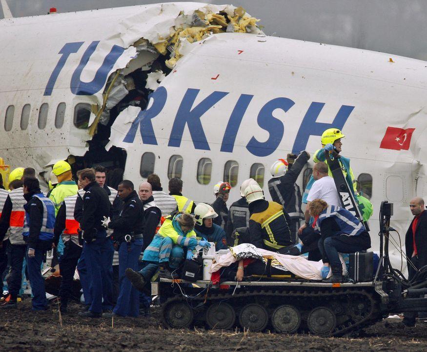 Der Autopilot soll die Flugkapitäne im Cockpit unterstützen. Doch manchmal verwendet die Technik falsche Daten, und eine Katastrophe passiert - wie... - Bildquelle: PAUL VREEKER/AFP/Getty Images