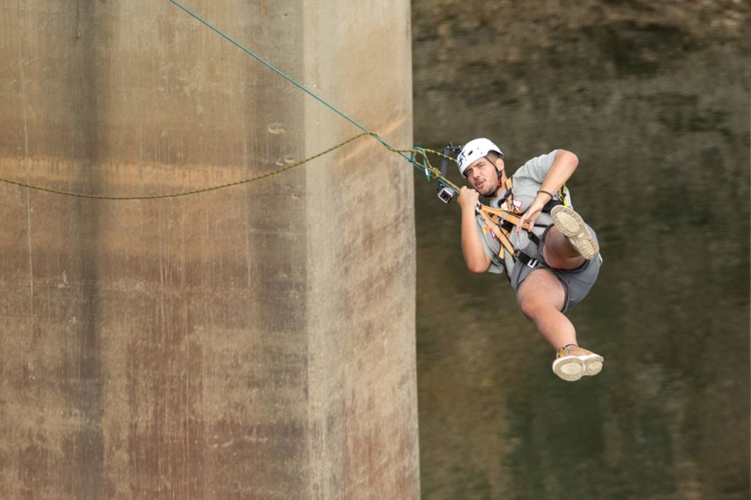 Todesmutig stürzt sich André von der Brücke ... - Bildquelle: Enrique Cano SAT.1