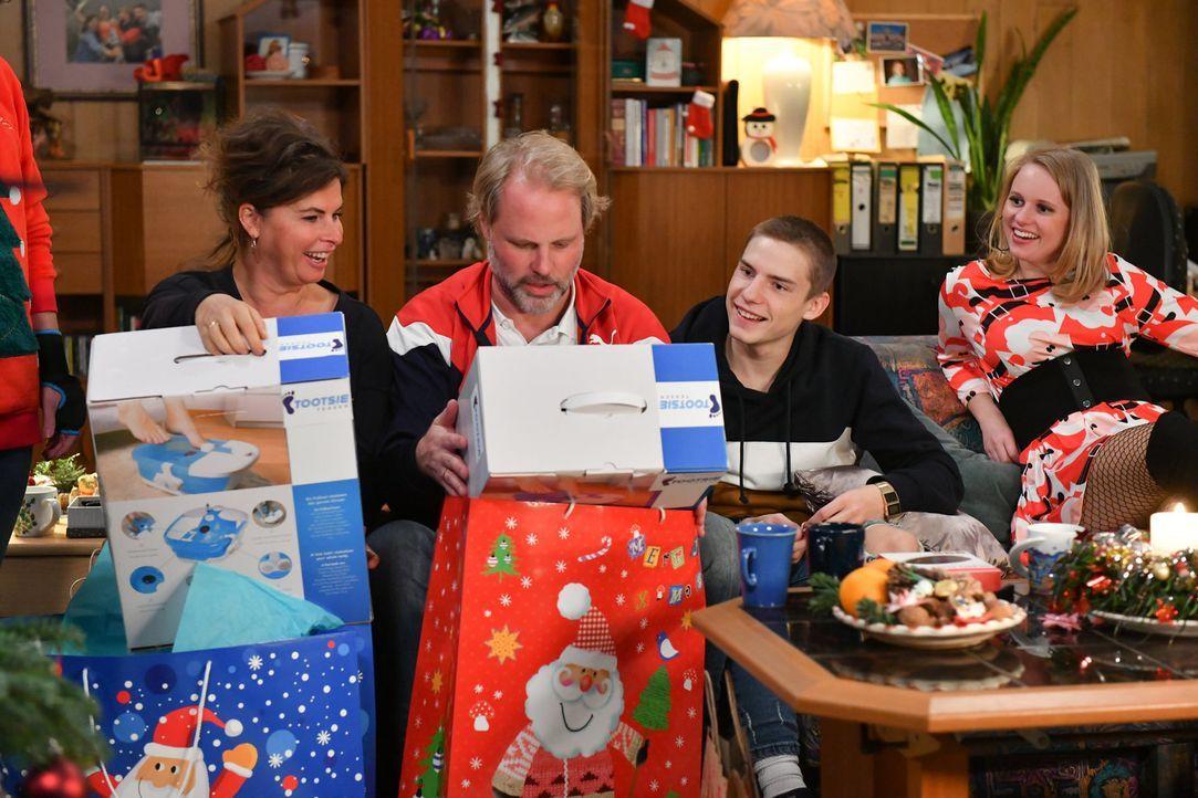 Zu Weihnachten überraschen sich (v.l.n.r.) Elke (Anne Brendler), Mike (Mirco Reseg), Basti (Lennart Borchert) und Anja (Franziska Breite) gegenseiti... - Bildquelle: Claudius Pflug SAT.1/Claudius Pflug