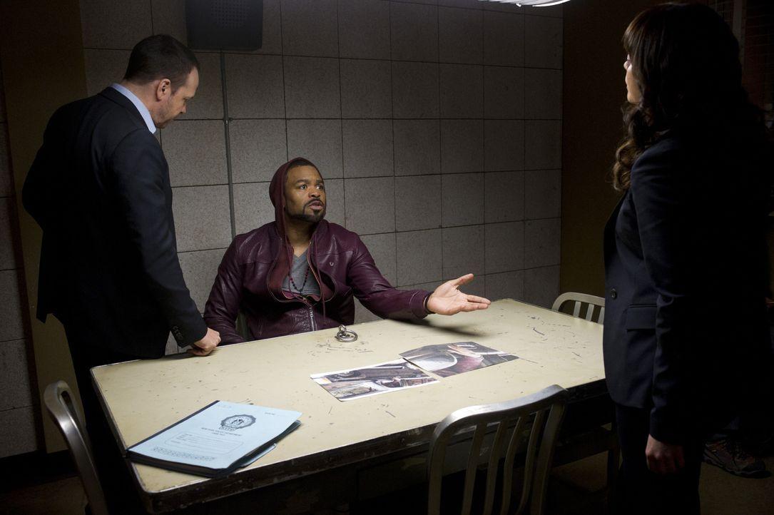 """Der Todesschütze (Cliff """"Method Man"""", M.) muss wegen mangelnder Beweise freigelassen werden. Danny (Donnie Wahlberg, l.) ist frustriert ... - Bildquelle: Jeff Neira 2014 CBS Broadcasting Inc. All Rights Reserved."""