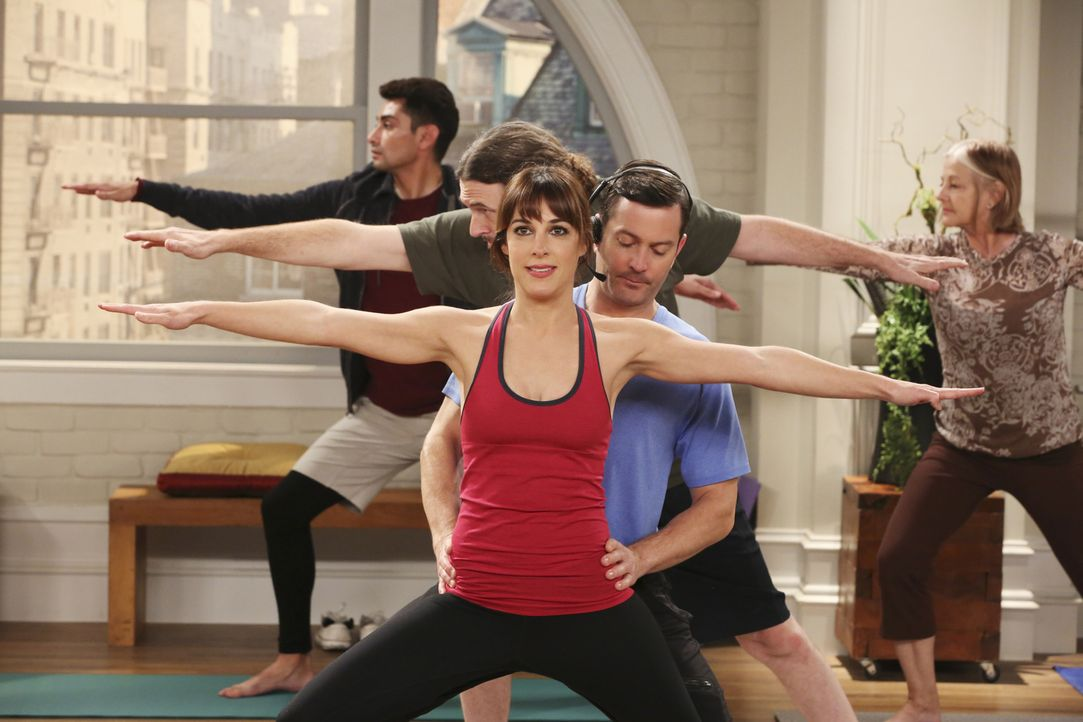 Als Felix (Thomas Lennon, vorne r.) spontan eine Yogastunde unterrichtet, ist Emily (Lindsay Sloane, vorne l.) erst Feuer und Flamme, doch bald muss... - Bildquelle: Michael Yarish 2014 CBS Broadcasting, Inc. All Rights Reserved