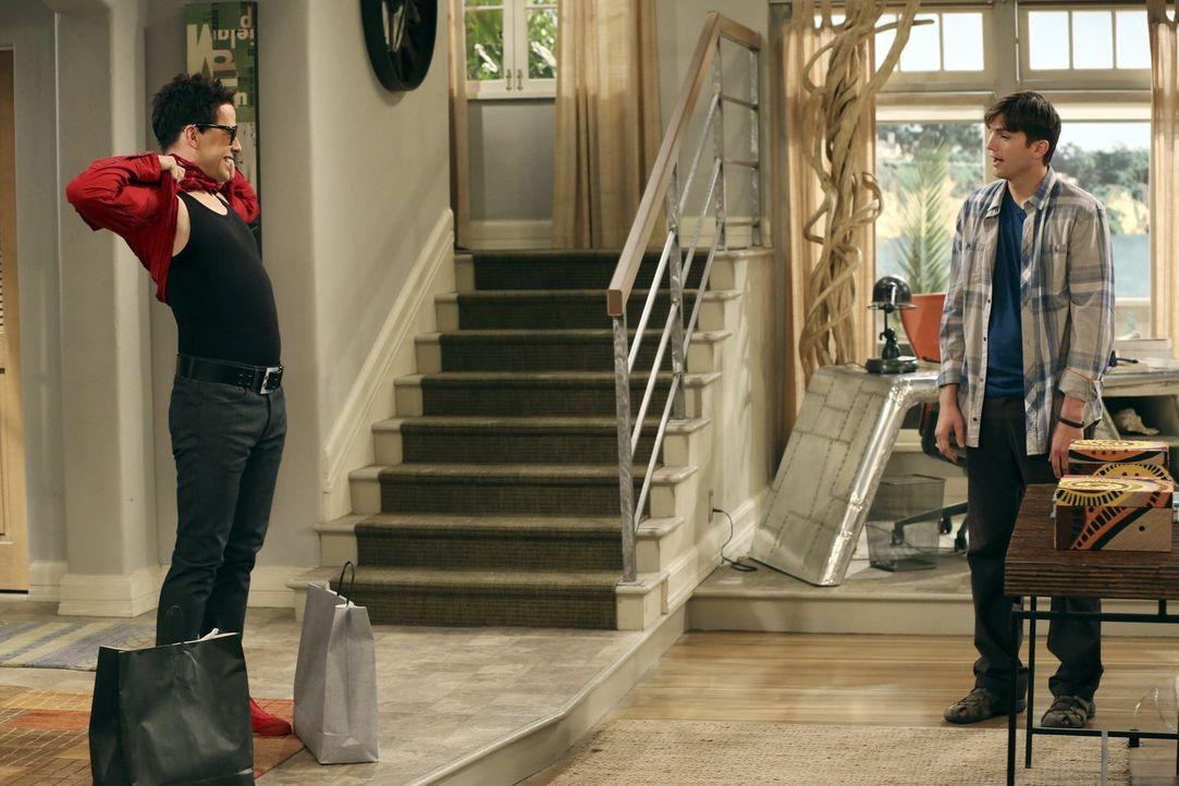 Ermuntert durch Walden (Ashton Kutcher, r.), entschließt sich Alan (Jon Cryer, l.) dazu, seinen Look zu ändern ... - Bildquelle: Warner Brothers Entertainment Inc.